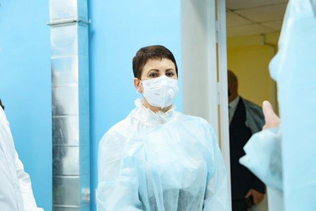 "Svetlana Leontyeva:""在假期要照顾好自己,以免造成医疗保健系统超负荷"" /阿穆尔卫生部长回忆说,今年医生的工作量很大,并将继续以同样的方式工作。因此,Svetlana Leontyeva要求阿穆尔州居民注意他们的健康状况,以保护已经在流行病学困难的情况下不知疲倦地工作的医生。"