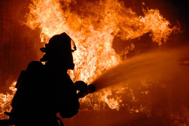 26名消防员在雷洛奇尼的教堂附近灭火目击者用摄像机将事件记录下来,担心火焰不会扩散到教堂。
