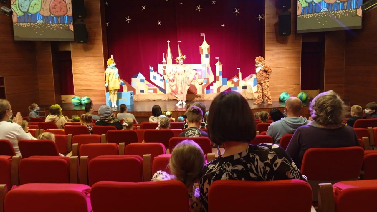 Тула ждет: после открытия 58-го сезона Амурский театр кукол улетает на большие гастроли / Театр кукол – это место, где живет сказка. И в каждой сказке обязательно есть какой-нибудь секрет. И все сказочно-театральные тайны показали в субботу, 2 октября, в Амурском театре кукол на открытии нового 58-го сезона.