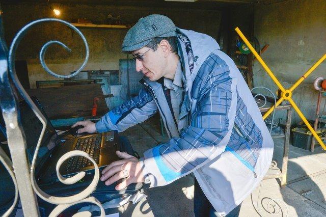 Узоры из металла мастер сначала создает с помощью компьютерной программы.