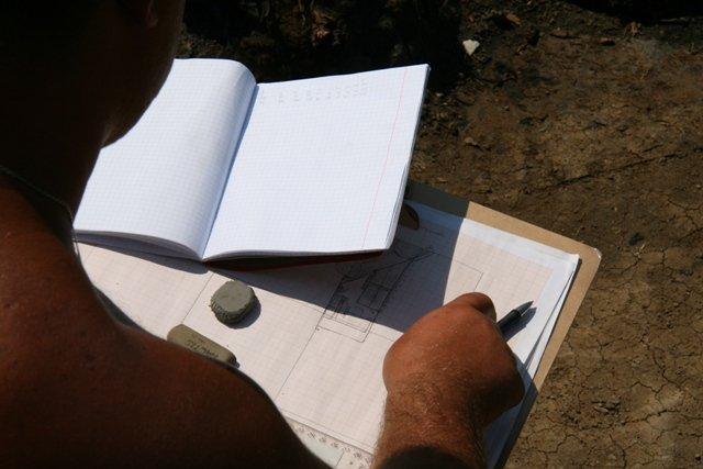 Археологи нашли братскую могилу защитников Албазина / Археологи Албазинской экспедиции на прошлой неделе обнаружили массовое захоронение казаков, оборонявших острог в XVII веке. Уже сейчас при расчистке погребений обнажились останки более десяти человек. Последний раз такое массовое захоронение находили здесь же, в Албазине, в 1992 году. Тогда из земли подняли и перезахоронили 57 тел.
