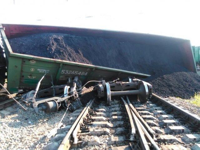 11 вагонов, в том числе и цистерна с мазутом, упали под откос.