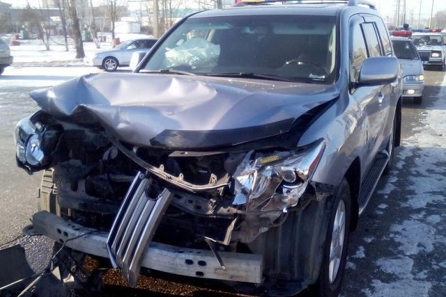 Женщина на новом лексусе попал в аварию