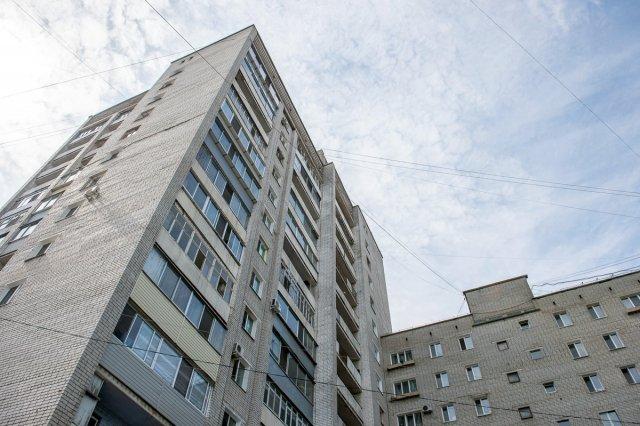 Девочка выпала изокна 5-ого этажа вТомске иполучила тяжелые травмы