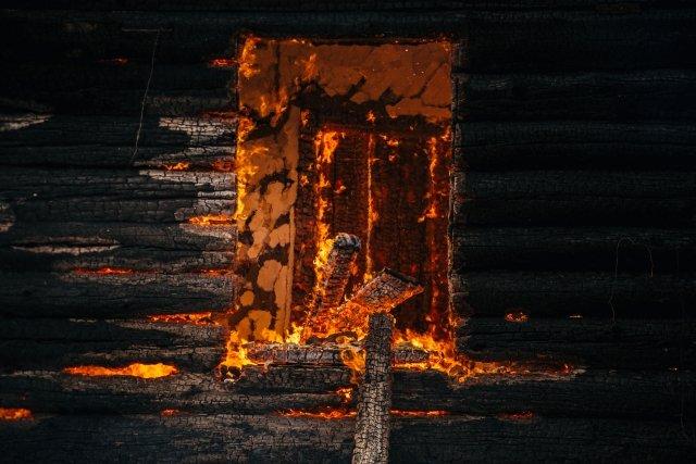 Ночью вБлаговещенске отпожара пострадал дом и на100% сгорел автомобиль