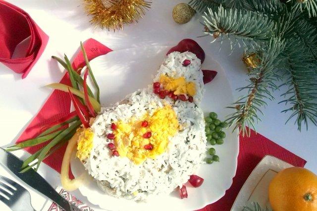 Новогодние салаты: 16 простых и оригинальных рецептов / До встречи Нового года осталось чуть больше двух недель. И мы продолжаем говорить о праздничных блюдах, которые можно приготовить к застолью. Рецепты закусок находятся здесь, а сегодня мречь пойдет о салатах. Практически любой новогодний можно сделать в виде петушка, используя тертые желтки, белки, нарезанный тонкими полосками болгарский перец.
