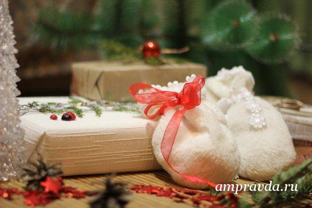 Без глянца и бантов: как оригинально и бюджетно оформить новогодний подарок (фото, видео) / В этом году, впервые за много лет, несколько моих знакомых отправили своим родным новогодние поздравительные открытки. Люди все меньше дарят сертификаты, все больше тратят время, чтобы выбрать нужный, а не для галочки подарок. И стараются оформить его подобающе. Жаль только, что в большинстве амурских отделов упаковки вам предложат готовые блестящие коробки с бантом или колокольчиком и оберточную бумагу с елочками и цветами. Или просто красивый пакет. Мы предлагаем вам несколько идей, которые не только просты в исполнении, но к тому же дешевы и небанальны.