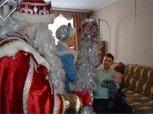 Снегурочка и Дед Мороз подарили белогорскому инвалиду тренажер