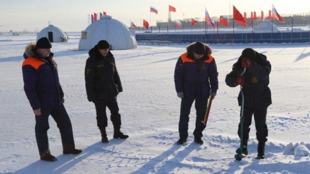 Накануне интернационального хоккейного матча «Содружество» cотрудники экстренных служб провели замеры льда нареке Амур