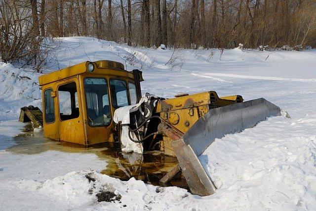 ВАмурской области бульдозер ушел под лед вместе смашинистом