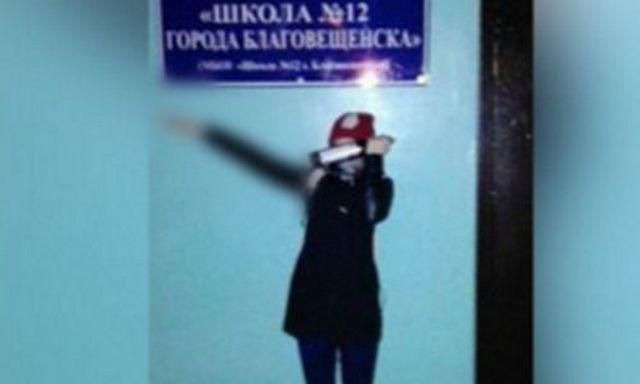 Школьница изБлаговещенска кинула «зигу» около родной школы