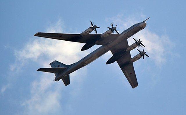 Пентагон: Два истребителя F-22 сопровождали стратегические бомбардировщикиРФ близ Аляски