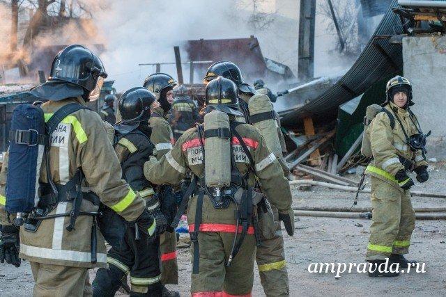 ВБлаговещенске впроцессе тушения крупного пожара огнеборцы спасли жизни 12 человек