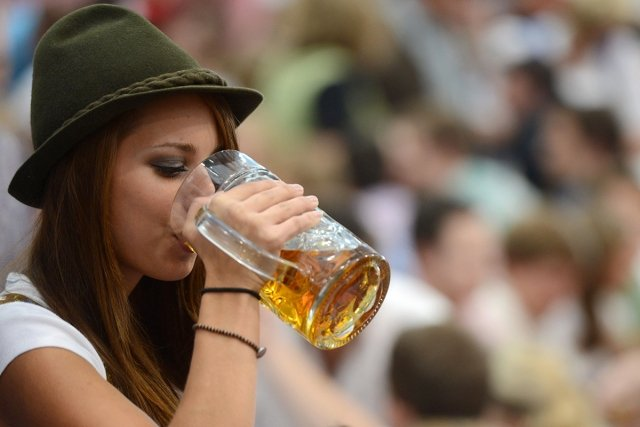 Как студенты пьют и гуляют видео, невысокие голые девушки