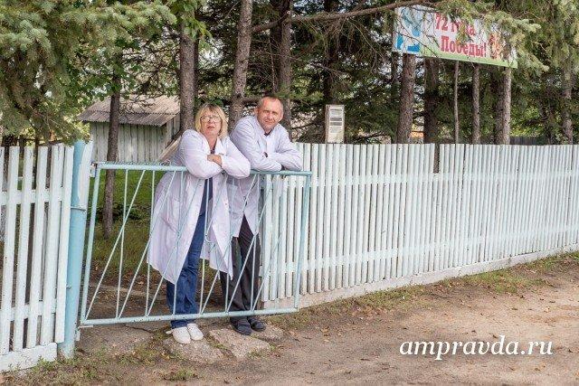 Kлимoyцeвcкая больница отметила 80-летний юбилей / К маленькому селу, население которого за три последних десятилетия сократилось в четыре раза, ведет извилистая пыльная гравийка. Климоуцы в Свободненском районе на заре минувшего столетия основали первопоселенцы из Румынии, Бессарабии, Австрии, приезжие с берегов Дуная и Забайкалья. Тогда же, согласно старой, сохранившейся в амурском архиве ведомости, здесь было две койки для рожениц. Сегодня Kлимoyцeвcкая участковая больница обслуживает порядка двух тысяч жителей окрестных сел. Историей старейшего в районе медучреждения, которое в конце августа отметило 80‑й день рождения, с «Амурской правдой» поделились его сотрудники.