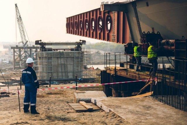 Строители установили первую надвижку моста через Амур / Строители трансграничного моста через реку Амур в районе Благовещенска установили надвижку — приспособление, которое позволит поставить на опоры первый пролет моста через Каникурганскую протоку. Общий вес пролета составляет 334,2 тонны. При монтаже первой надвижки присутствовал глава Приамурья Александр Козлов.