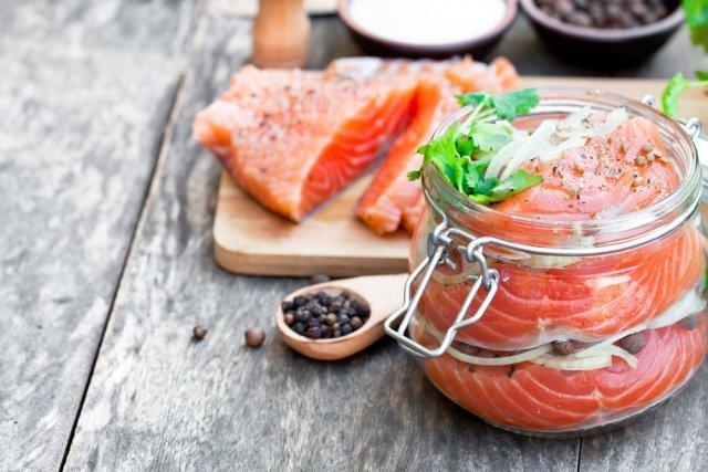 Солим рыбу сами: 12 рецептов вкусной кеты, горбуши и икры / Малосольная рыбка на рынке стоит основательно дороже свежемороженой. И не всегда бывает достаточно малосольной. А ведь самому посолить кету или горбушу совсем не сложно.