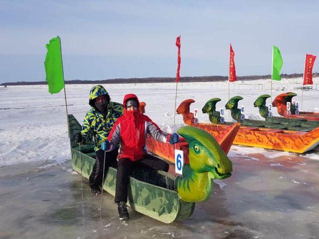 Не время сушить весла: амурчане соревновались в Китае по драгонботу на льду / Амурчане приняли участие в необычных соревнованиях — гребле на льду. Прошли они в китайском городе Цзяинь, расположенном на берегу Амура. Участникам нужно было преодолеть около 200 метров на специальных лодках-драконах (драгонботы) на полозьях. Из трех команд, представлявших Россию, лучший результат показали женщины, заняв второе место.