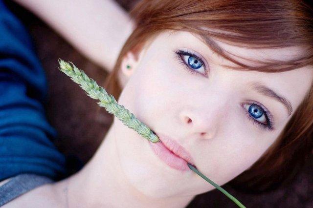 Как избавиться от заеды: очем сигнализируют воспаления в уголках губ / Заеда может случиться у каждого. Проснешься утром, а в уголке рта трещинка, которая и болит, и выглядит непрезентабельно, да еще и увеличивается с каждым днем. Хотелось бы ее не замечать, но не тут-то было… Заеды редко проходят сами собой. Да и самолечение практически бесполезно, так как причин возникновения заеды очень много. И некоторые из них настолько серьезные, что врачи рекомендуют не идти, а бежать к ним с этой, казалось бы, незначительной проблемой. Как лечить поврежденные уголки и как ухаживать за губами, чтобы проблема не повторялась — в интервью с врачом-дерматологом Наталией Жовтан.