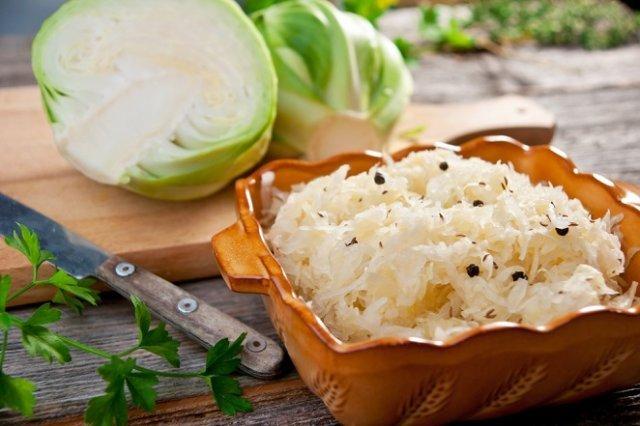 12 рецептов квашеной ферментированной и маринованной капусты / Долгой холодной зимой душа еще попросит хрустящей капустки, винегрета ищей… Значит, продолжаем заготовки на зиму. Капуста воктябре самая лучшая— сочная исладкая, поздних сортов. Капуста квашеная— для здоровья ивитаминов, маринованная— для закусок исалатов.