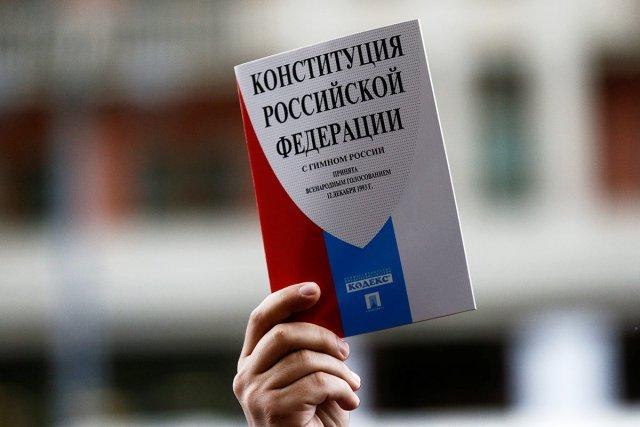 «Решать будут люди»: более 60 процентов россиян готовы проголосовать за поправки в Конституцию / Более 60 процентов россиян собираются проголосовать за поправки в Конституцию. Доля жителей России, готовых одобрить изменения в Основной Закон, за последние пять дней выросла с 42 % до 64 %, следует из опроса ВЦИОМ. Противоположного мнения сейчас придерживаются 15 % респондентов, 21 % затруднился с ответом, пишет «Российская газета».
