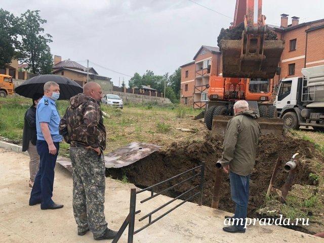 由于化粪池附近道路下地面故障,在Chigiry引入了双重紧急模式/在Blagoveshchensk地区的Chigiri村庄引入了双重市政紧急状态。今天下午,在Alekseevskaya街4/1号房屋附近的村庄,混凝土路基下积聚的水侵蚀了土壤。结果,在三层楼的公寓楼的用于生活垃圾的化粪池附近,发生了故障,并且可能破坏了50立方米的容量。