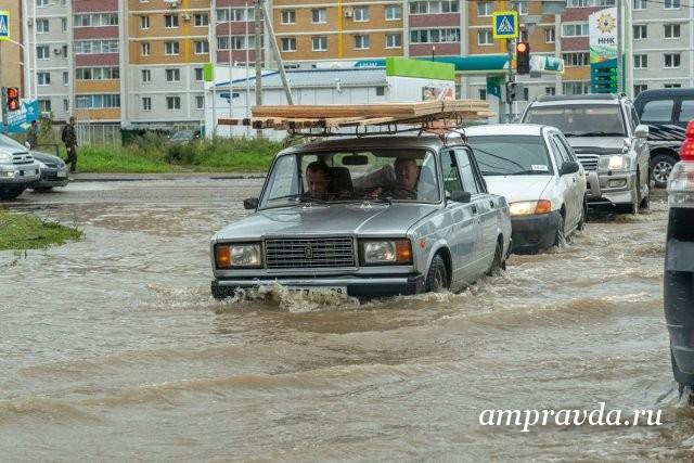 大海并非一帆风顺:社交网络中的布拉戈维申斯克报道了这座城市被淹死的区域/昨晚洗完澡后,布拉戈维申斯克再次陷入水深。这座城市的居民再次难以上班,上学和上幼儿园。驾驶员在沉没的道路上小心翼翼地游泳,行人脱下鞋子涉水。同时,乡亲们不要忘记分享社交网络上正在发生的事情。