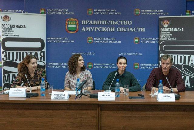 """""""流行音乐和戏剧对我们来说是新奇的东西"""":亚历山德拉·乌苏里亚克和伊戈尔·戈丁飞往布拉戈维申斯克/从飞机上到新闻记者。今天,9月4日,来自莫斯科两个剧院的艺术家抵达布拉戈维申斯克。周六,他们将在两个文化场所同时向观众展示两场表演-莫斯科普希金剧院的戏剧《黎明的承诺》和国家剧院的《格林霍姆方法》。作为金面具节的一部分,该国的主要剧院来到了阿穆尔州首府。它自1993年成立以来,每年都汇聚俄罗斯在莫斯科的最佳演出。从长远来看,音乐节发展了许多项目,其中一项是针对该地区的计划。"""