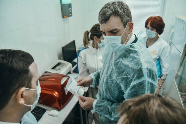 """瓦西里·奥尔洛夫(Vasily Orlov):""""我请阿穆尔人居民协助专家研究冠状病毒的传播"""" / Rospotrebnadzor的阿穆尔部门将研究外部环境中冠状病毒的传播情况。下周开始工作。该部门确定了将进行研究的对象以及监视的数量和频率。计划将此类研究作为废水样本,医疗机构,购物中心和运输设施中的环境物体洗涤物。这对于评估抗流行病措施的有效性很重要。"""