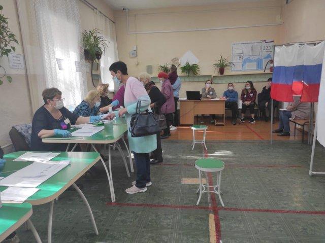"""到了今天中午,在贝洛戈尔斯克,有超过7000人参加了市长选举/贝洛戈尔斯克,在一个投票日中,当选了城市负责人。 28个投票站开放至20:00。截至12:00,选民投票率是15.12%。选举委员会主席列昂尼德·洛格维诺夫斯基(Leonid Logvinovsky)说:""""选举照常举行。"""" -到中午,有7.6万人投票。 829名选民-提前完成。 180多名观察员在投票站工作。"""""""