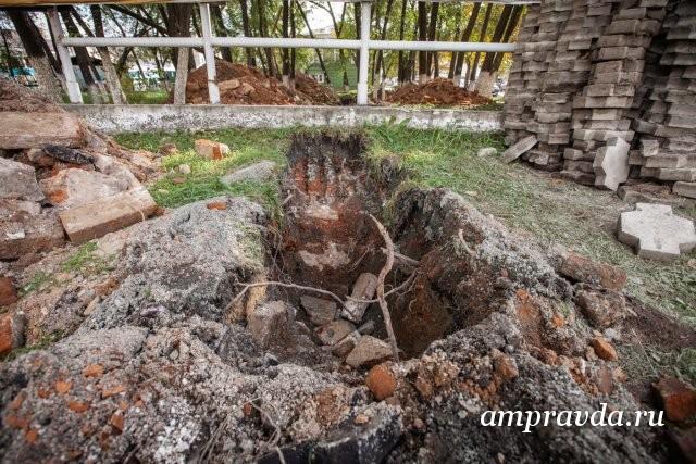 """布拉戈维申斯克市长奥列格·伊马梅耶夫(Oleg Imameev):""""我们停止了在历史遗迹现场的维修工作"""" /区域中心负责人对在阿穆尔州首府历史中心偶然发现的遗物感兴趣。正如Amurskaya Pravda在10月6日星期二所写的那样,建筑商铺设电缆,用挖掘机挖了一条沟渠,穿过了一座老建筑的地基和地下室。正如当地历史学家所建议的,Kuvshinov贸易行。"""