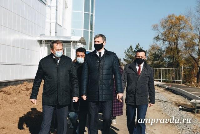 瓦西里·奥尔洛夫(Vasily Orlov)参观了斯沃博德尼(Svobodny)正在建设的体育馆/在前往斯沃博德尼(Svobodny)的工作之旅中,阿穆尔州地区负责人瓦西里·奥尔洛夫(Vasily Orlov)参观了正在建设的体育和休闲馆。该现代建筑是根据远东和北极发展部的计划建造的。建设计划于今年年底完成。 9月,完成了对区域的改善和建筑物本身的修整工作,并进行了异型件的安装。大厅的总面积位于一楼,将为1200平方米,整个建筑约占2200平方米。