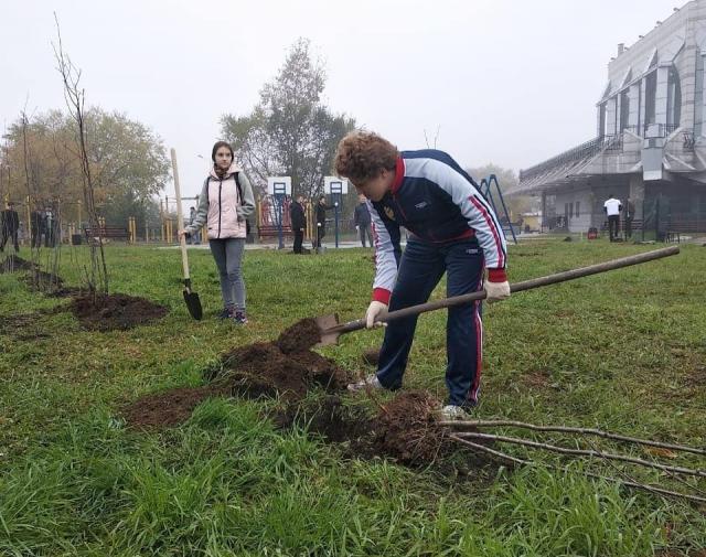 """""""教师胡同""""出现在布拉戈维申斯克/老师,布拉戈维申斯克国立教育大学(BSPU)的学生和过去几年大学的毕业生在社会文化中心(OKTs)附近种植了45棵核桃,山灰和白杨树。随着10月10日星期六创建""""教师胡同"""",在阿穆尔首都开始了大规模的""""银行之城""""行动。今年,全市范围的Subbotnik更改了格式。"""