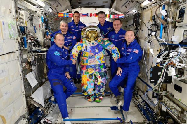 """来自布拉戈维申斯克的患有肿瘤疾病的儿童将为宇航员涂上宇航服/在阿穆尔州儿童临床医院肿瘤血液学科接受治疗的癌症儿童将参与为宇航员设计特殊的宇航服。国际空间艺术项目将在全俄罗斯青年空间节"""" Cosmofest Vostochny-2020""""的框架内进行,该节将于10月14日星期三开始。这是阿穆尔族的孩子们第一次参加。"""