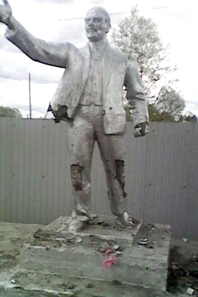 Примерные школьники из Ушумуна по политическим соображениям разбили памятник Ленину
