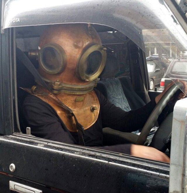 Астраханцев напугали необходимостью надевать шлем зарулем автомобиля