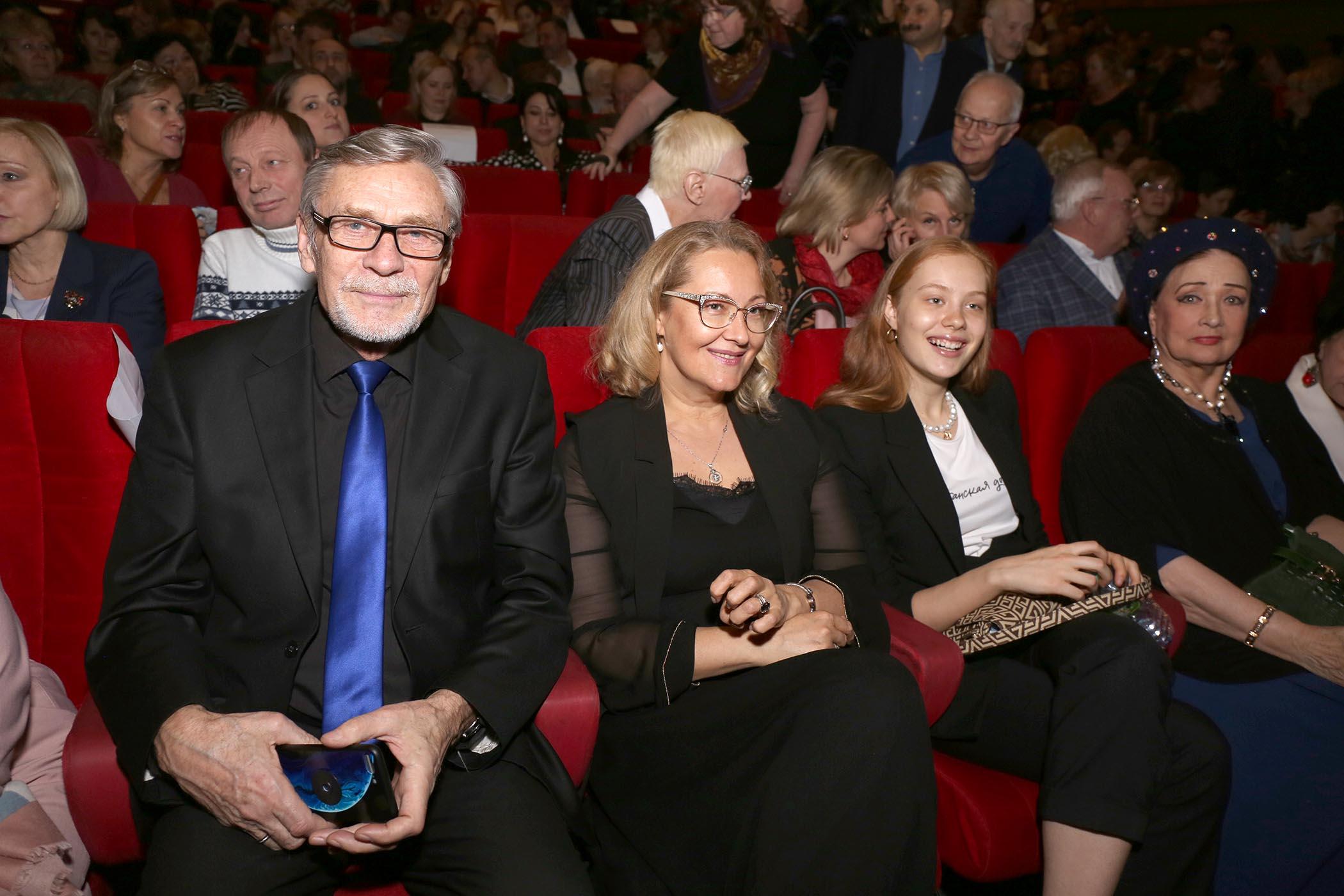 Александр михайлов биография актера фото его семья