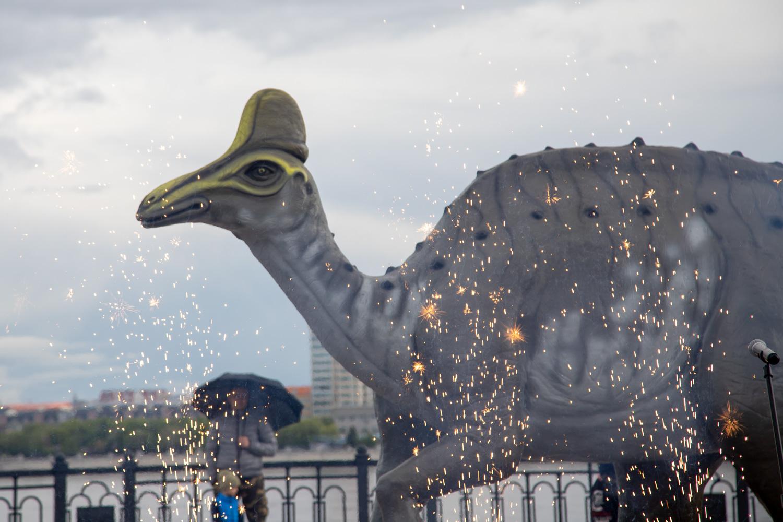 В Благовещенске установили 1000-килограммовую фигуру Амурозавра
